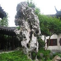 苏州园林里的奇山异石让人充满想象